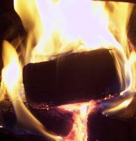 brykietkominkowy.pl palący się brykiet RUF w kominku